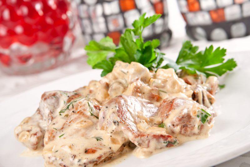 Свинина с грибами в сметано-сырном соусе
