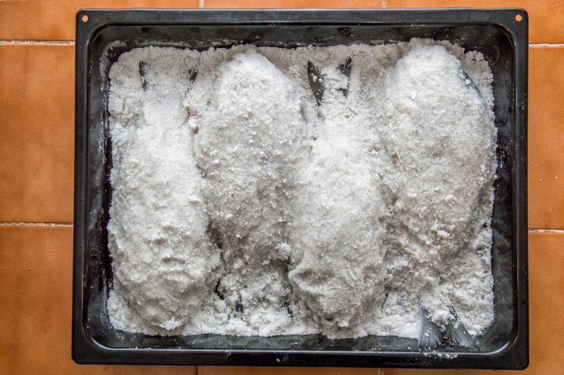 Форель, запеченная в духовке, рецепт в соляном панцире