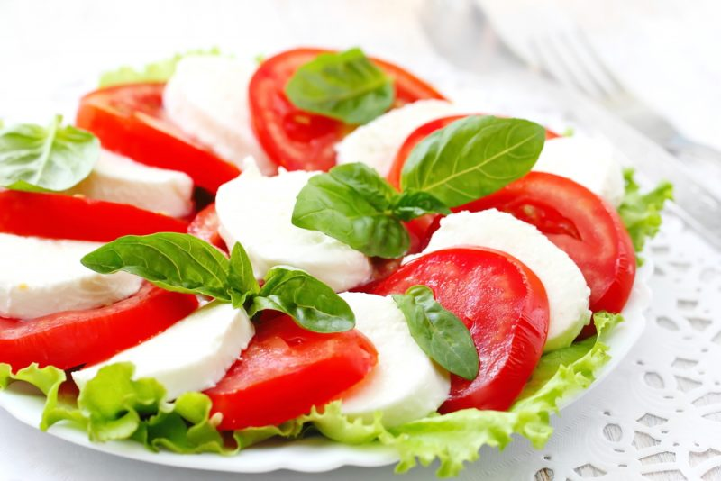 https://www.chefmarket.ru/blog/wp-content/uploads/2019/05/caprese-salad-e1559078080627.jpg
