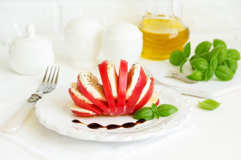 https://www.chefmarket.ru/blog/wp-content/uploads/2019/05/caprese-tomato-e1559078217686.jpg