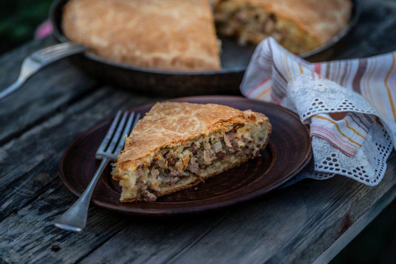 Закрытый мясной пирог с фаршем говядины и картофелем