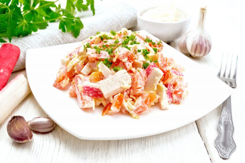 Пикантный крабовый салат с китайской салатной капустой и кукурузой