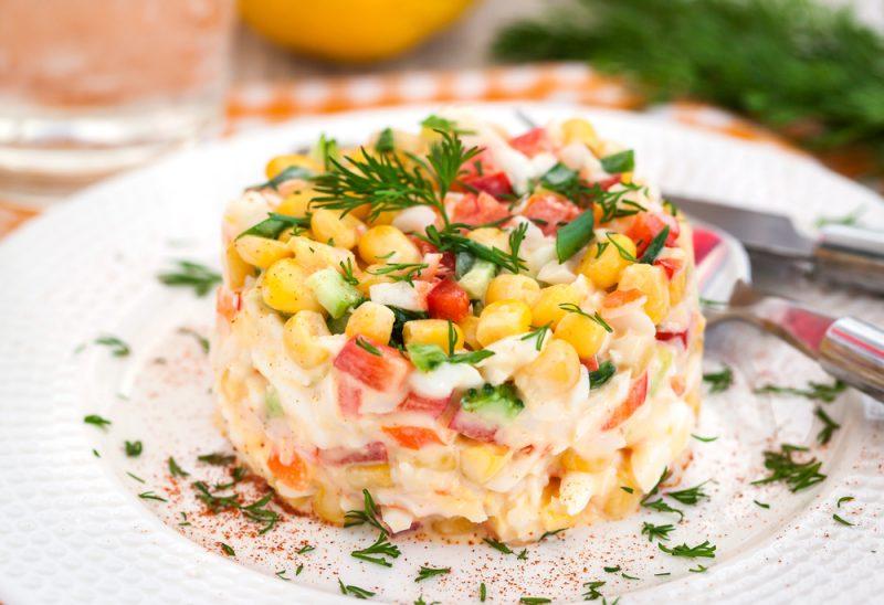 Традиционный крабовый салат с болгарским перцем