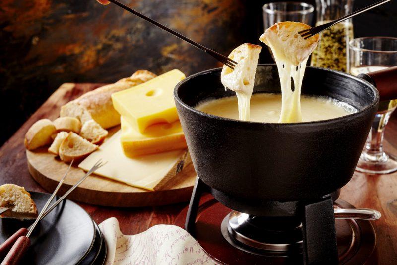 Сырное фондю: классический рецепт