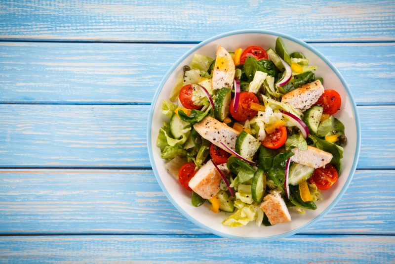 Греческий салат: готовим сытный вариант с курицей