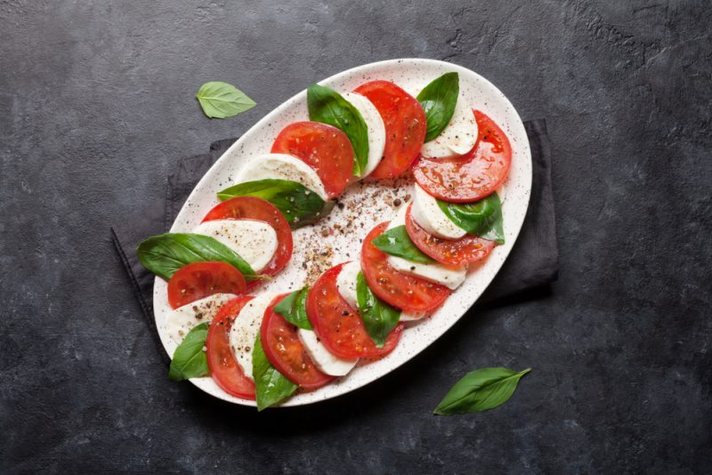 https://www.chefmarket.ru/blog/wp-content/uploads/2019/05/italian-salad-1-e1559078149168.jpg