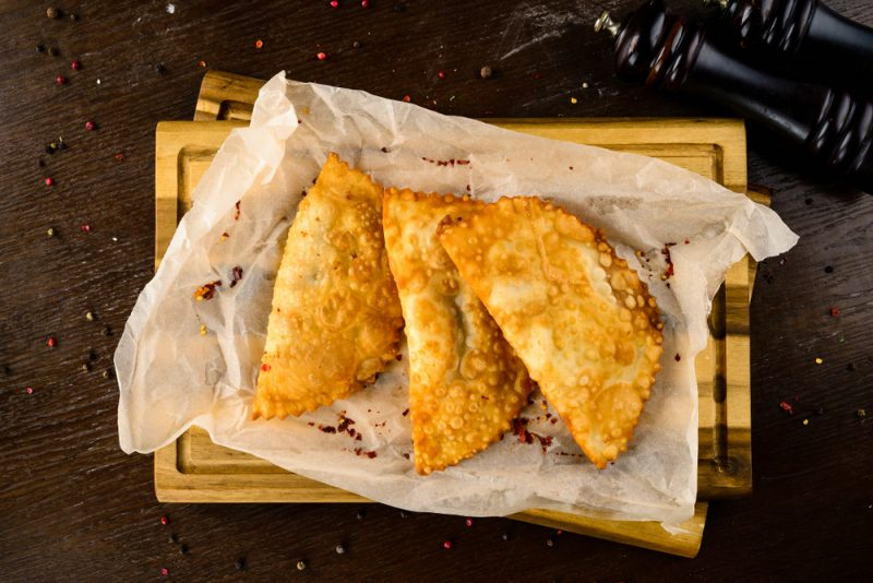 Чебуреки – это хрустящие пирожки с золотистой корочкой и ароматной мясной начинкой, приготовленные в кипящем масле.