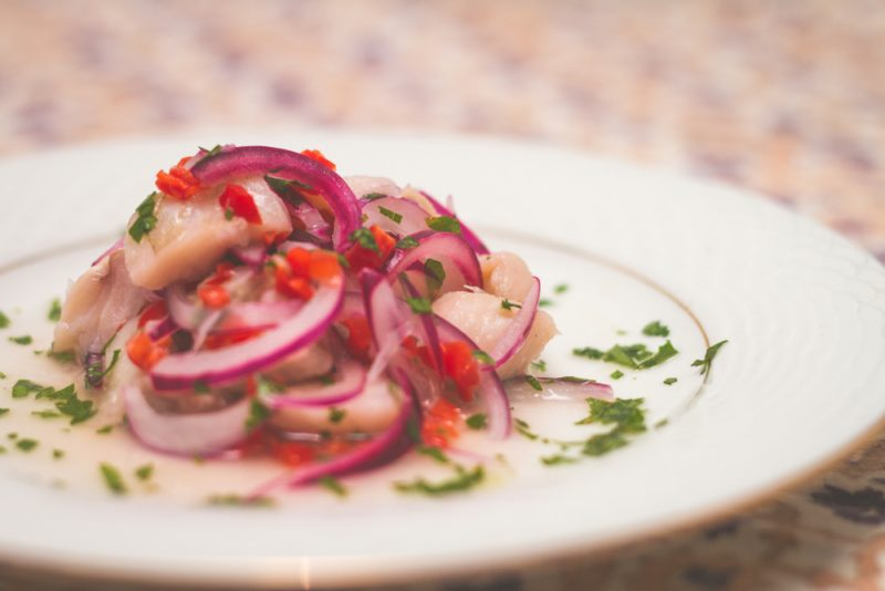Севиче с лососем, сибасом и ферментированным луком