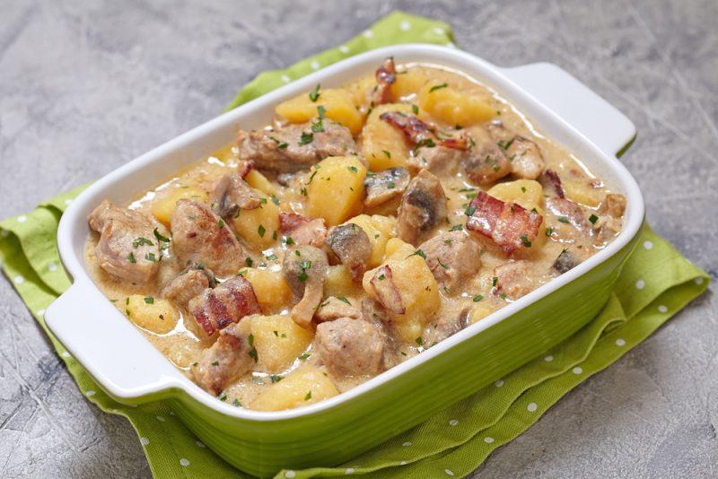 Картофель с курицей и грибами в чесночном соусе