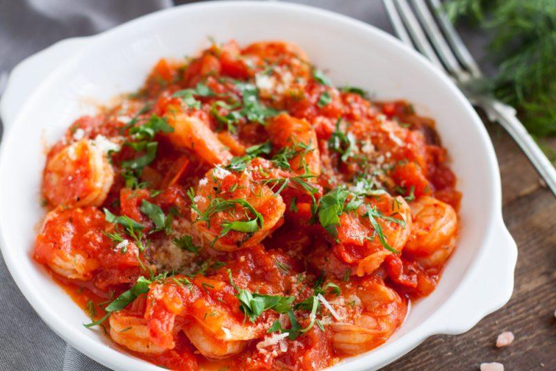 Креветки, припущенные с томатами