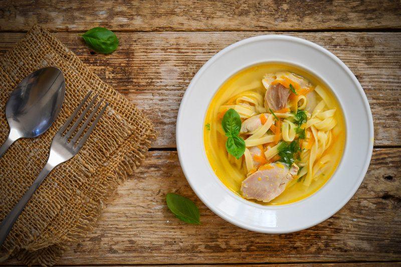 Очень вкусным, сытным и питательным считается куриный суп с домашней лапшой.
