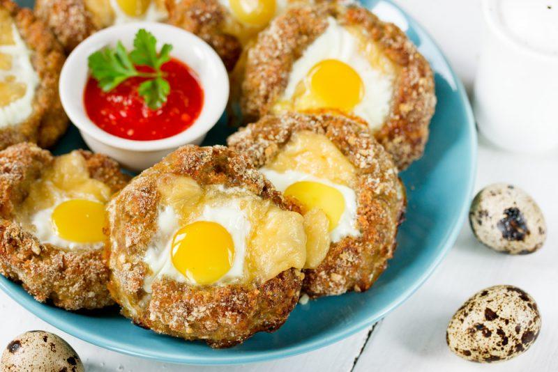 Мясные гнезда с яйцом и гарниром из овощей