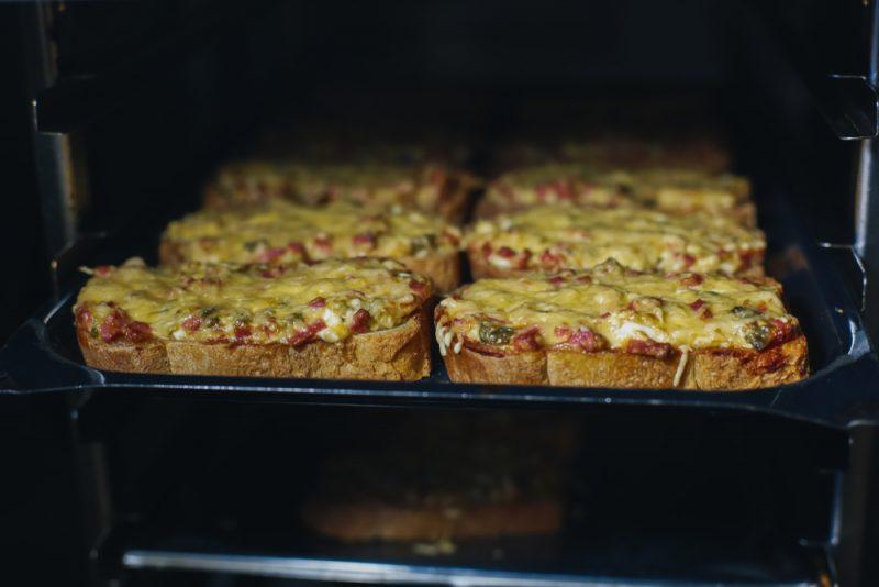 Мини-пицца из батона в духовке