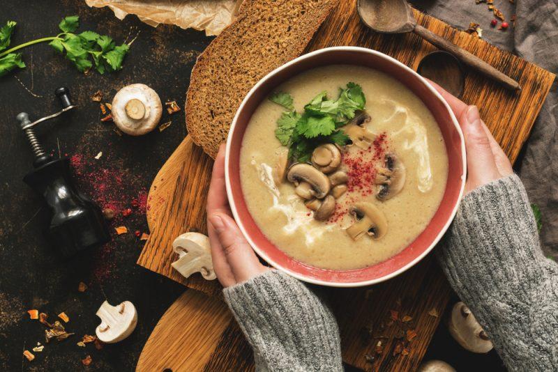 Суп из гороха с грибами на курином бульоне