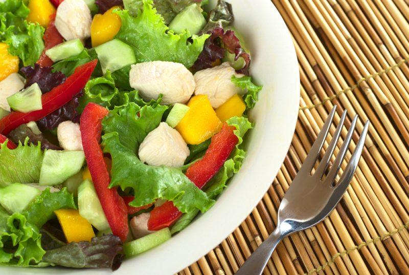 Диетический салат с курицей и сладким перцем