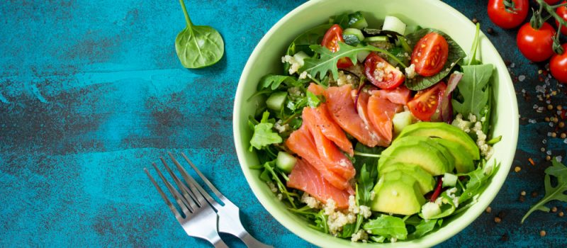 Салат из лосося с рукколой и авокадо