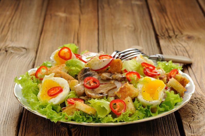 Весенний салат с красным перцем и курицей