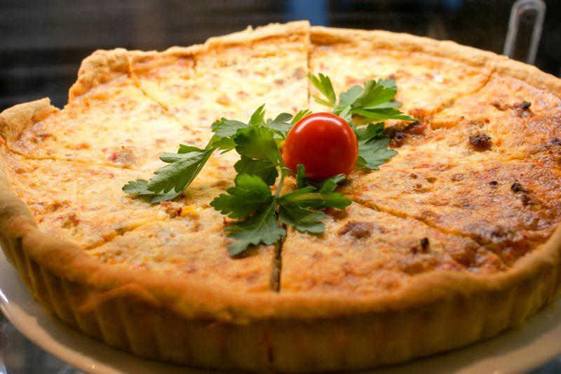 Ароматный луковый пирог с помидорами