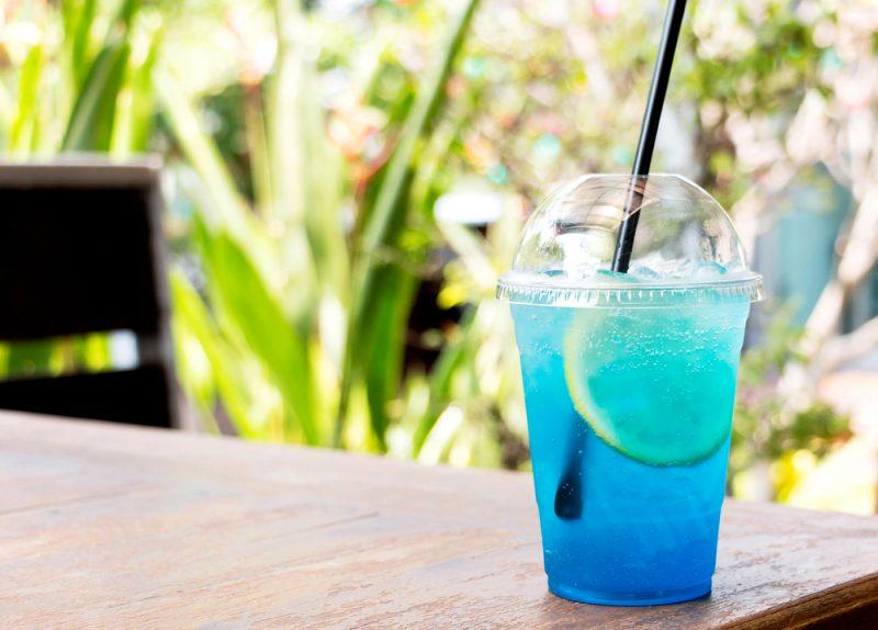 Коктейль «Голубая лагуна» с лимоном