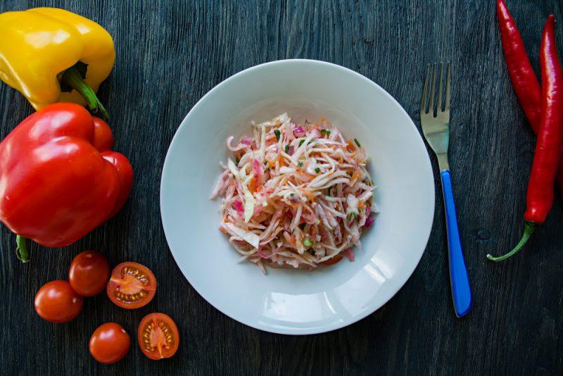 Рецепт второй: витаминный салат из капусты, моркови, перца и лука.