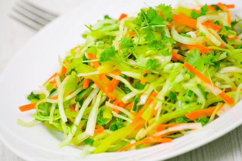 Рецепт первый: салат витаминный из капусты и моркови.