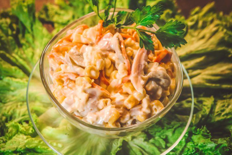 Острый морковный салат с сыром и кукурузой