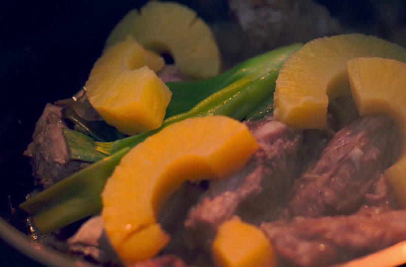 Рецепт третий: Куриное филе в томатном соусе с ананасами.