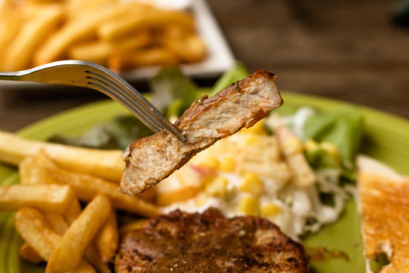 Сытный мясной салат со свининой