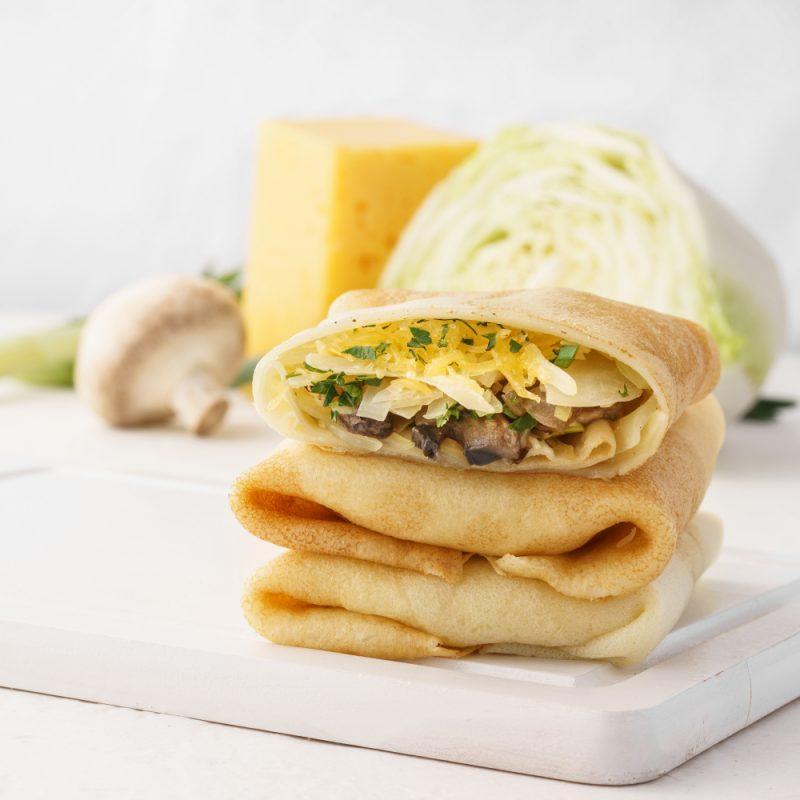 Закуска: блины с капустой и грибами