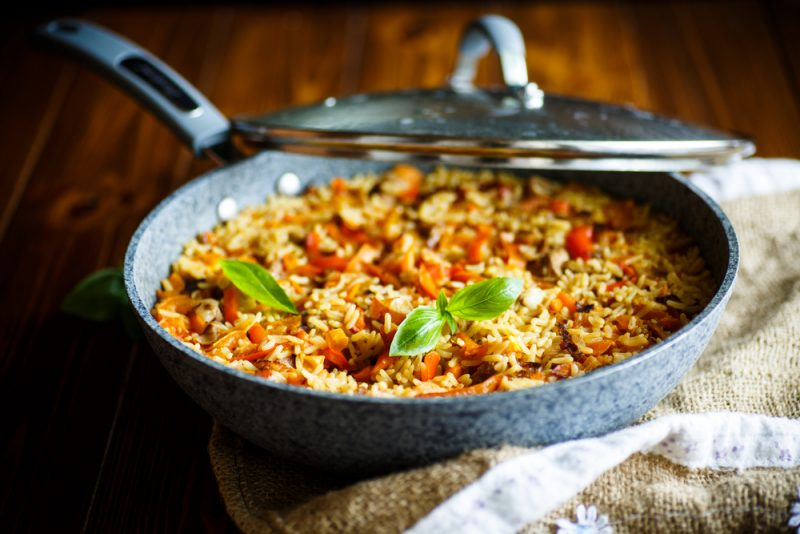 Первый рецепт на ужин: плов из свинины приготовленный на сковороде.