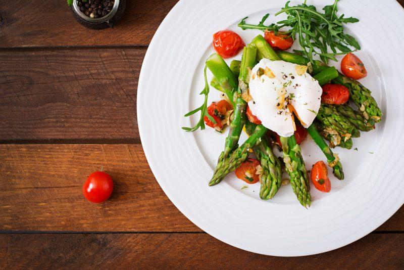 Теплый салат со спаржей и помидорами