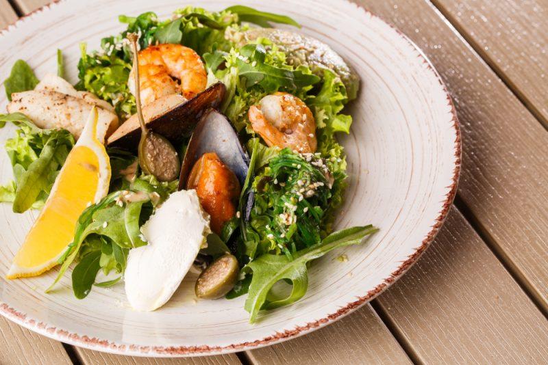 Рецепт третий: приготовление салата из кальмаров.