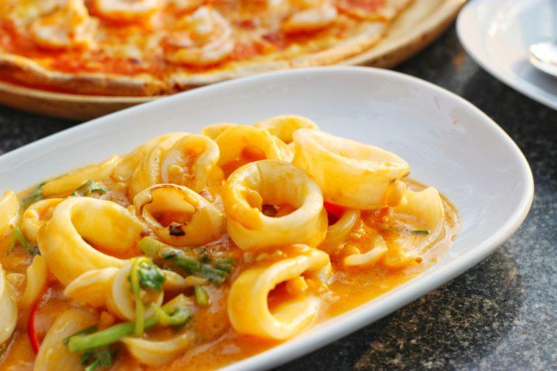 Рецепт первый: Тушеные кальмары с добавлением лука и моркови.