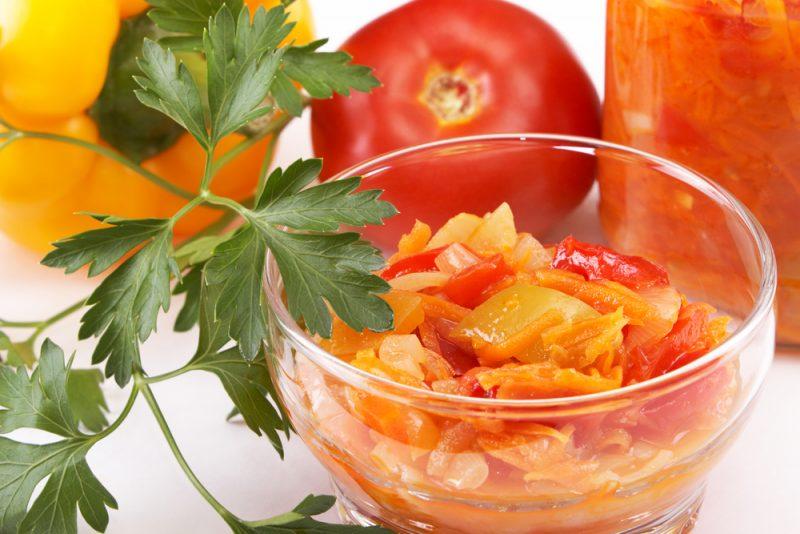 Салат из овощей с чесноком