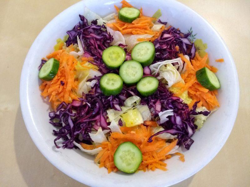 Рецепт третий: витаминный салат с капустой и огурцами.