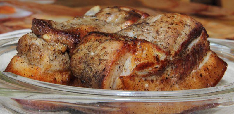 Рассмотрим рецепт весьма аппетитной, сытной и в то же время питательной свиной грудинки, которую будем готовить в духовке.