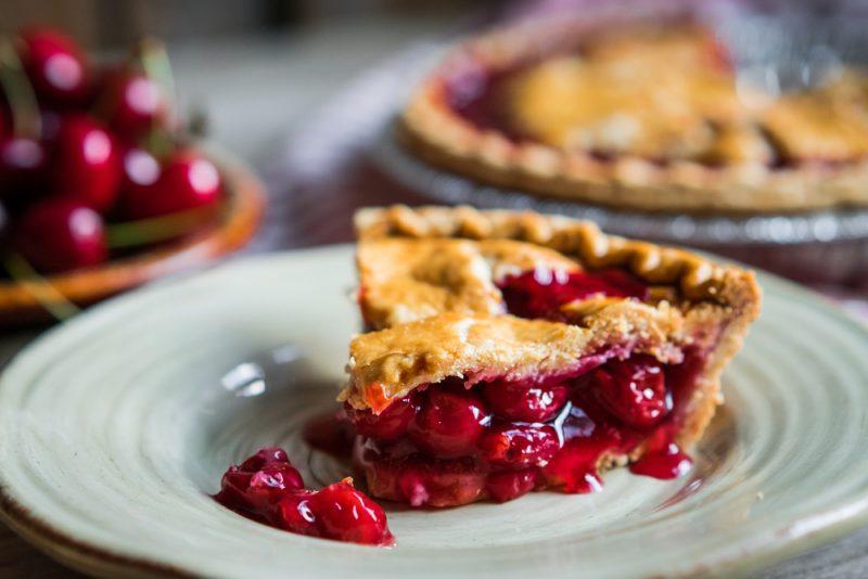 Пирог с вишней в духовке: простой рецепт