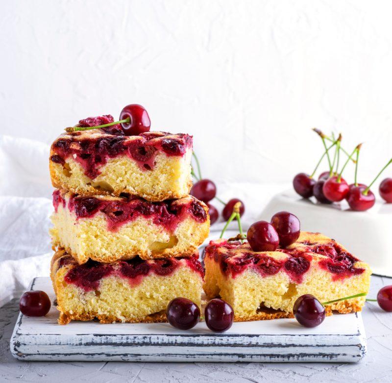 Быстрый пирог с вишней: простейший рецепт