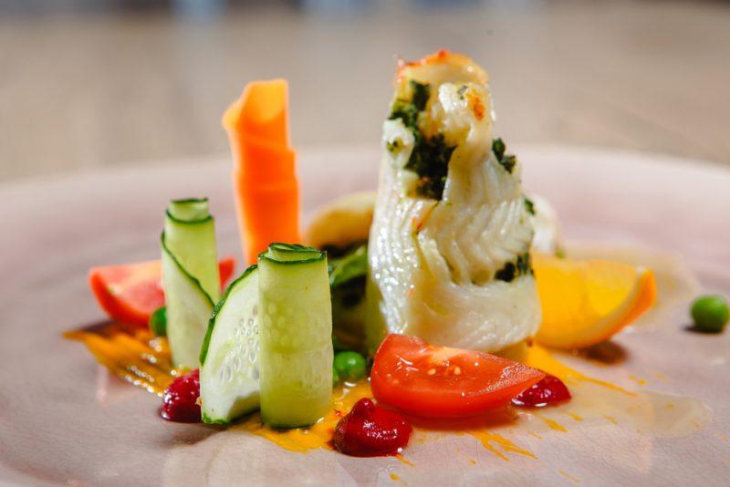 Рыбные рулеты на овощной подушке