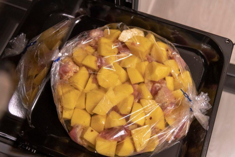 Картошка в рукаве, запеченная со свининой