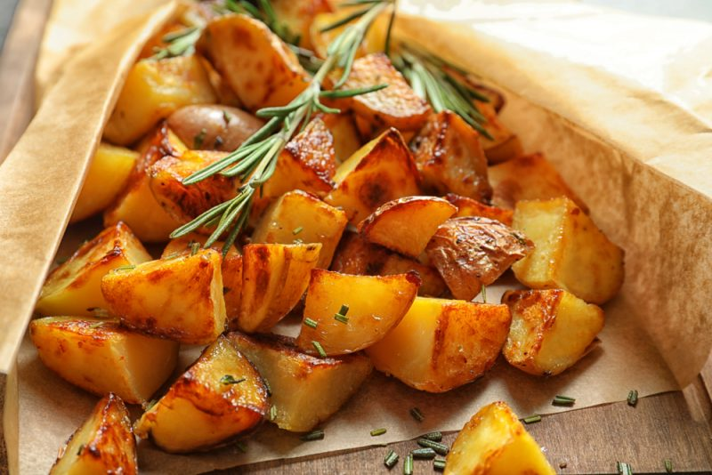 Картофель, запеченный в рукаве с травами