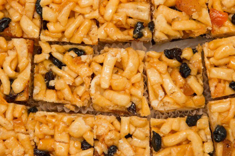 Татарский чак-чак с медом и орехами
