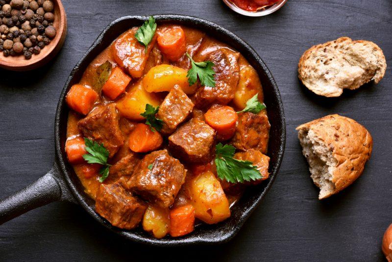 Рецепт первый: классический рецепт овощного рагу со свининой.