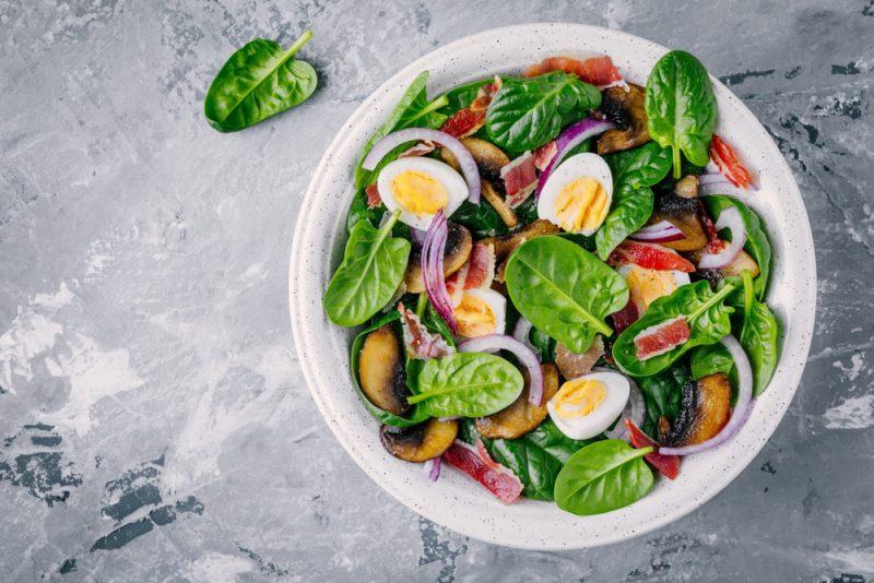 Диетический салат со шпинатом и теплым соусом