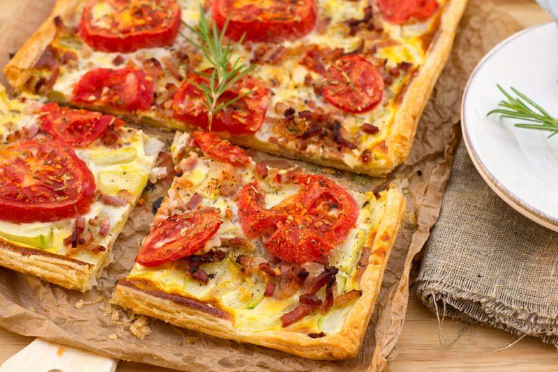 Пицца на слоеном тесте с мясной нарезкой