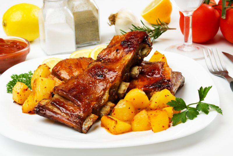Свиные ребрышки с медом и черносливом