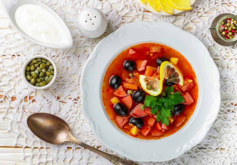 Третий рецепт как готовится солянка - это приготовление солянки с семгой.