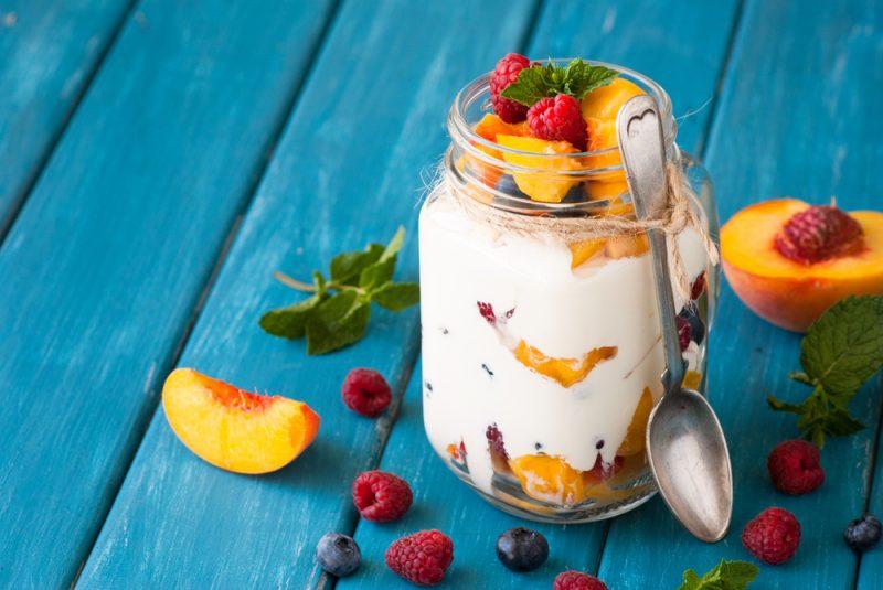 Простой фруктовый салат с йогуртом и овсянкой