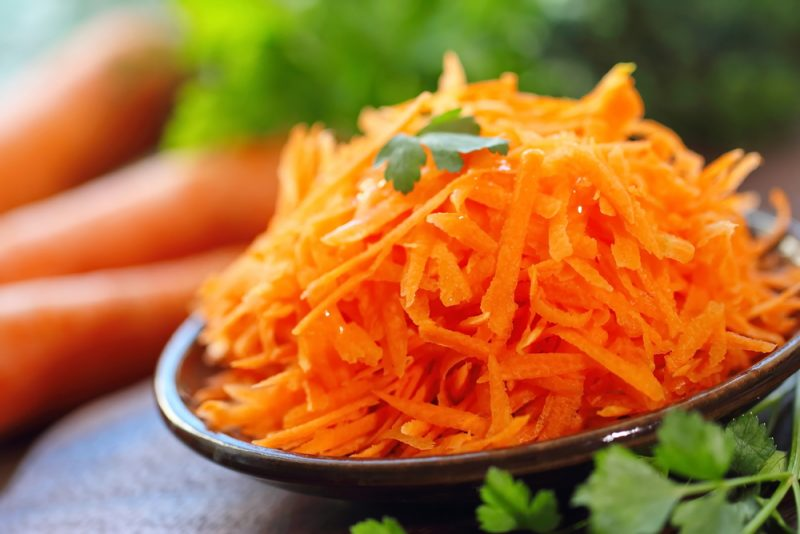 Пикантный салат из моркови и ветчины