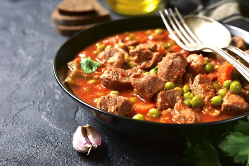 Свинина в томатном соусе с маслинами